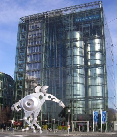 Bild Print Media Academy Heidelberg mit S-Printing Horse im Vordergrund